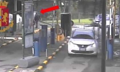 Rubavano auto nei parcheggi e le smontavano in un capannone: due arresti e tre fermi
