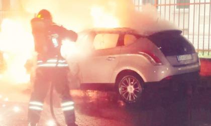 Auto in fiamme davanti alla ditta di logistica: indagini in corso