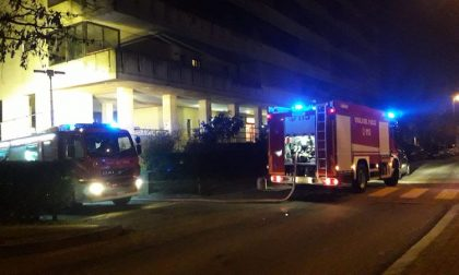 Incendio nei box: intervento dei vigili del fuoco per spegnere le fiamme FOTO
