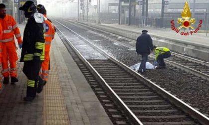 Investito dal treno mentre attraversa i binari: ennesima tragedia