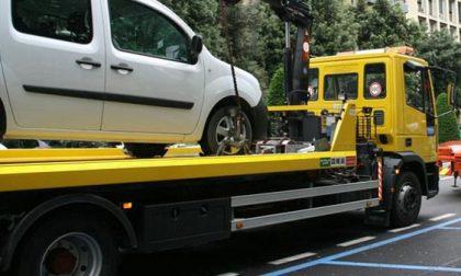 Macchina parcheggiata viene rubata con il carro attrezzi