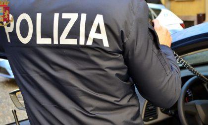 Per evitare la multa tenta di corrompere i poliziotti con dei soldi