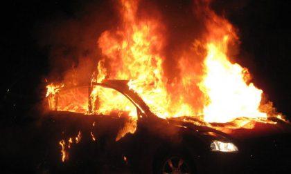 """A fuoco due mezzi nella scuola della polizia locale: """"Atto doloso"""""""
