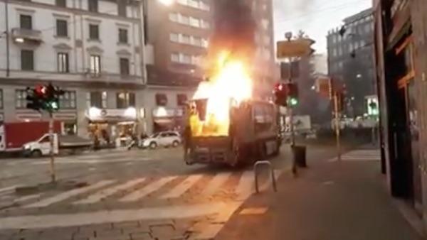 Camion Amsa prende fuoco