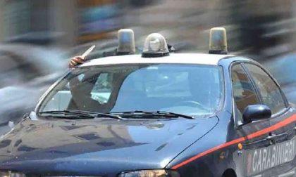 Fuggono al posto di blocco e tentano di investire i carabinieri: arrestati