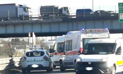 Incidente tra due auto allo svincolo killer: due feriti e traffico in tilt