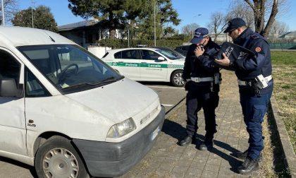 Ladro sbadato, ruba da un furgone ma perde il portafoglio: rintracciato dalla polizia locale