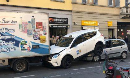 Malore dell'autista, tram provoca tamponamento a catena
