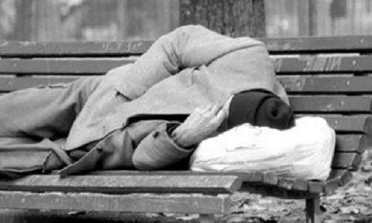 Uomo trovato morto su una panchina, forse stroncato dal freddo o da un malore