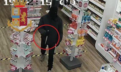 Rapinano farmacia con un grosso coltello: bloccati a Buccinasco dai Falchi della polizia