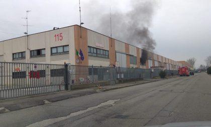 Incendio nel capannone di fianco alla caserma dei pompieri