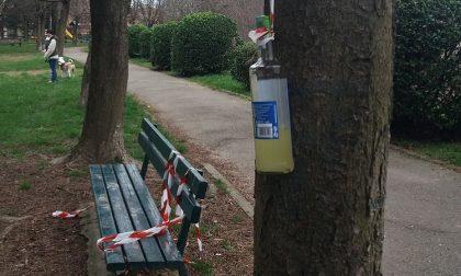 Vandalismi al parco della Baronella: incivili spaccano le recinzioni e sporcano l'area