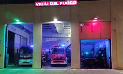 """Luci tricolori nella caserma dei vigili del fuoco, """"in onore di chi combatte questa battaglia"""""""