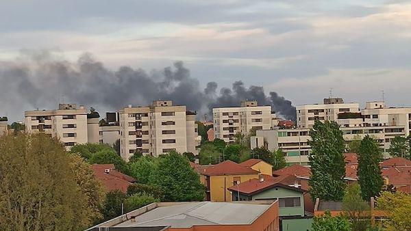 Incendio tra Assago Milano