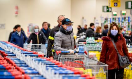 """L'appello dei sindacati: """"Lavoratori dei supermercati a casa a Pasqua e Pasquetta"""""""