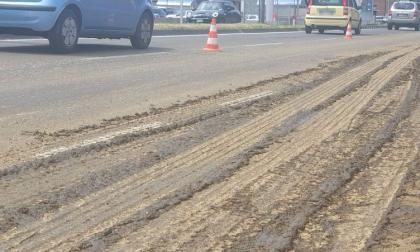 Camion di letame perde il carico, motociclista scivola e cade nel liquame