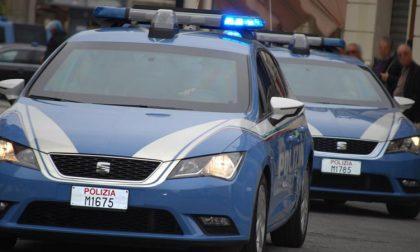 Spacciatore arrestato, durante le perquisizioni gli amici aggrediscono i poliziotti
