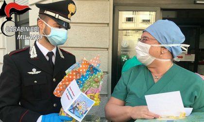 I carabinieri distribuiscono uova e colombe negli ospedali
