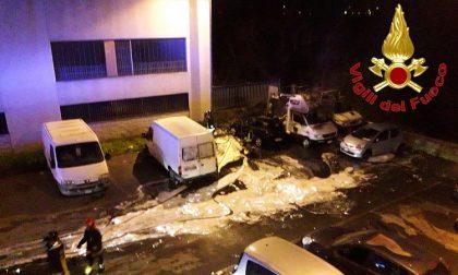 Incendio nella notte di più automezzi parcheggiati in zona industriale FOTO