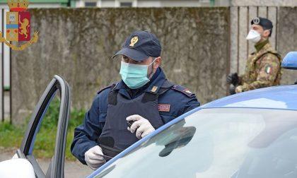Va in taxi a ritirare un trolley con la droga nascosta nel fondo: arrestato