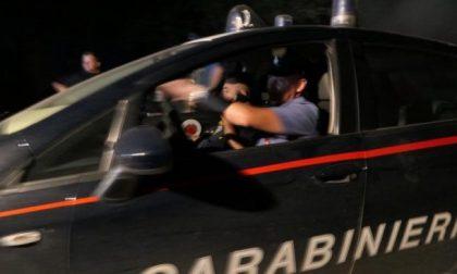 Minaccia i vicini con un martello, poi aggredisce i carabinieri