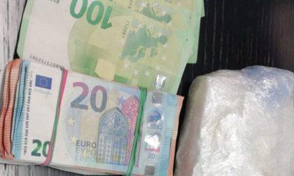 Nel marsupio mezzo chilo di cocaina e 10mila euro: arrestato spacciatore