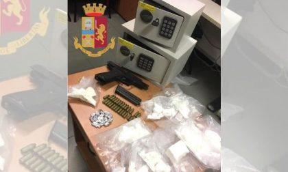 Droga e armi nascoste in cassette di sicurezza: tre uomini e una donna in arresto