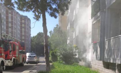 Incendio nelle cantine, evacuati tre palazzi: operazioni ancora in corso