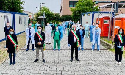 Sindaci all'ospedale Humanitas omaggiano i lavoratori simbolo dell'emergenza FOTO