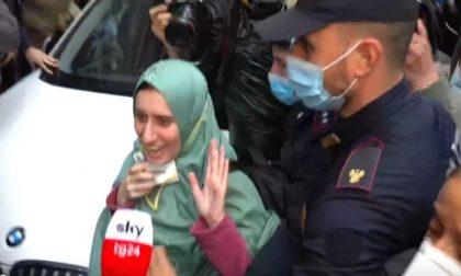Silvia Romano rientra a casa accolta dagli applausi FOTO