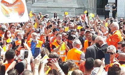 I Gilet arancioni in piazza: tutti in gruppo e senza mascherine