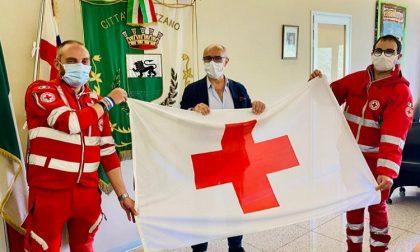 """La bandiera della Croce Rossa esposta in Comune: """"Grazie volontari"""""""