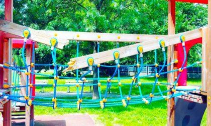 Vandali spaccano giochi e altalena per bimbi disabili al parco Gobetti