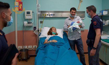 Alessandro ha fretta di nascere: la polizia scorta i genitori all'ospedale