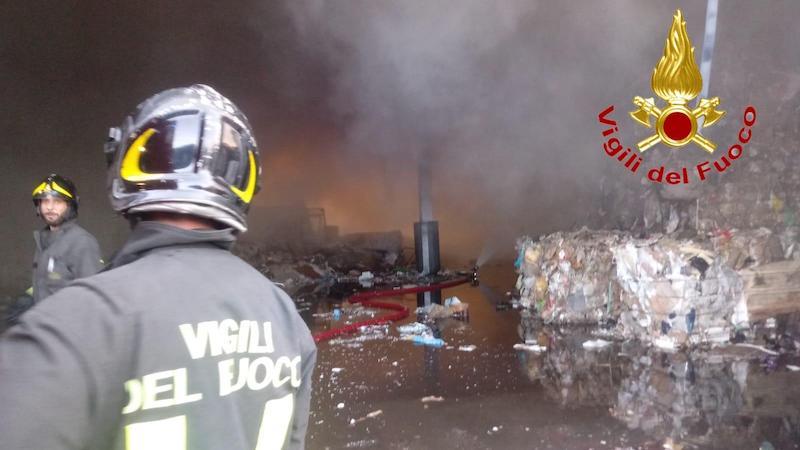Incendio capannone stoccaggio rifiuti
