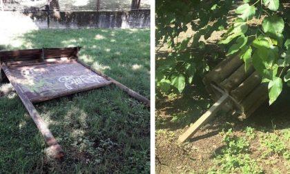 """Vandali nei parchi, distrutti i cartelloni di legno. Il sindaco: """"Vigliacchi"""""""
