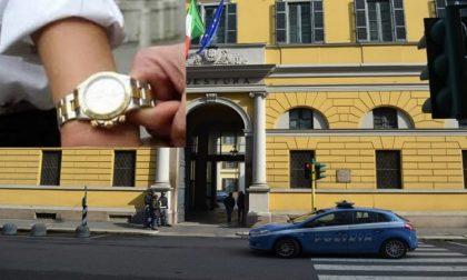 Ladro ruba orologio a una donna, inseguito da due ragazzi e arrestato dalla polizia