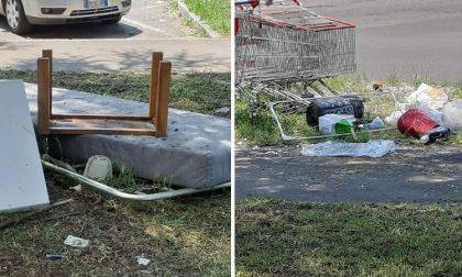 Incivili in azione: rifiuti abbandonati in mezzo ai marciapiedi