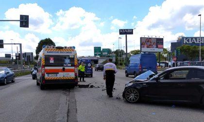 Scontro tra auto e ambulanza sulla Vigevanese: tre donne ferite