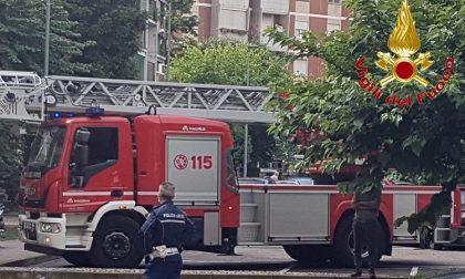 Incendio nelle cantine: evacuato il palazzo, una donna intossicata
