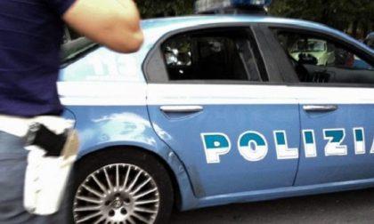 Fingono un malore per derubare un'anziana fuori dalla banca: arrestati