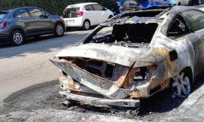 Incendiati i cassonetti dell'immondizia: le fiamme avvolgono anche un'auto