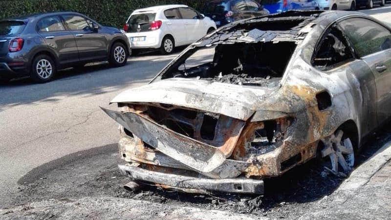 Incendiati cassonetti fiamme auto