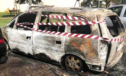 Macchina in fiamme davanti alla Sala Consiliare, secondo caso in pochi giorni