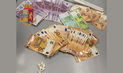 Droga in auto e oltre 7mila euro in contanti a casa: arrestato spacciatore