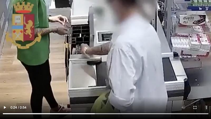 Rapina supermercato incastrato impronta
