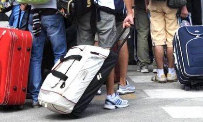 Ruba i bagagli a un viaggiatore ma gli agenti in borghese vedono tutto e lo arrestano