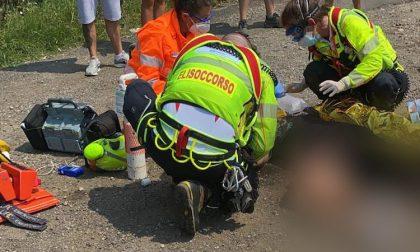 Caduta dalla moto, feriti uomo e donna. Lui scappa subito dopo l'incidente
