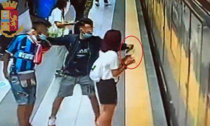 Strappano il telefono di mano a una ragazza che aspetta la metro: arrestati