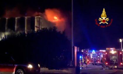Incendio in un capannone a Settimo, paura anche a Cesano FOTO e VIDEO